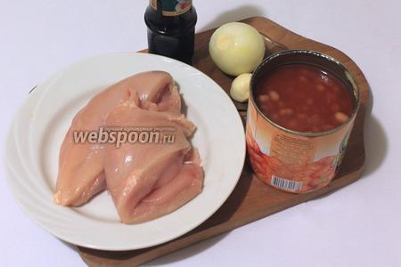 Для приготовления нам понадобятся куриное филе, фасоль консервированная в томатном соусе, соевый соус, перец чёрный молотый, лук, чеснок, вода, масло растительное.
