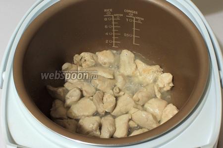 На дно мультиварки налить масло, положить филе порезанное. Включить режим жарка, мясо на 15 минут. Через 5 минут приготовления перемешать.