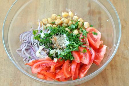 К готовому нуту добавить лук, помидоры и петрушку, добавить все специи по вкусу и выдавить через пресс чеснок.