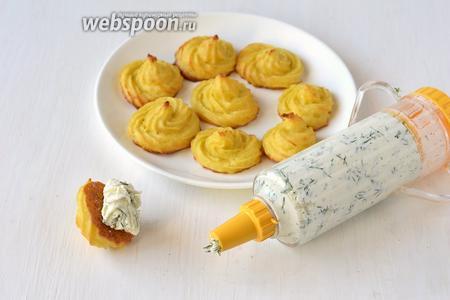 Поместить массу в кондитерский шприц и выжать массу на заготовки из цветной капусты.