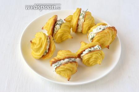Соединить попарно. Закусочные пирожные из цветной капусты готовы.