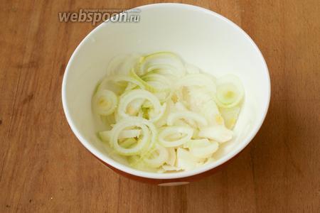 Сразу ставим варить мясо — это займёт приблизительно 1 час. Маринуем лук. Его следует нарезать кольцами или полукольцами в зависимости от размера, добавить чайную ложку сахара и немного соли, а также чайную ложку яблочного уксуса. Немного пожмём лук руками и оставим, накрыв ёмкость с луком крышкой.