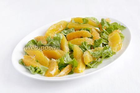 Сверху разложить апельсиновые и мандариновые ломтики.