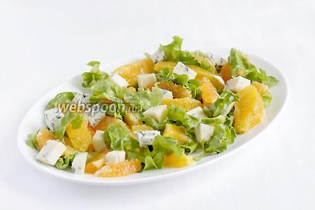 Затем — кубики сыра. Полить салат заправкой и сразу подавать.
