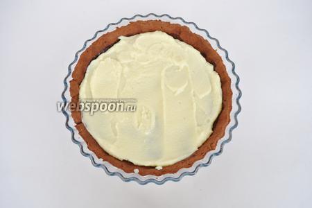 Нанести крем на тарт ровным слоем.