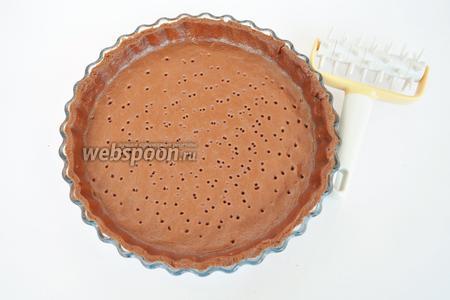 Тесто раскатаем и выложим в форму для тарта. Прокатаем валиком с шипами, чтобы не вздувалось.