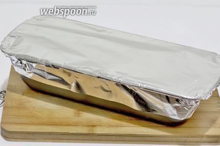 Накрыть форму фольгой и поставить в духовку выпекать при 180 ºC на 1 час 40 минут. Время зависит от размера формы и количества фарша.