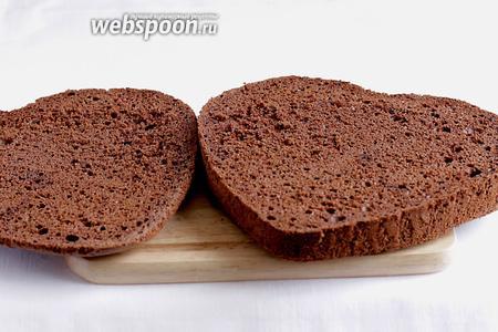 Бисквит разрезать на 2 неравные части — тонкую крышку и нижнюю часть потолще.