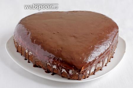 Достать торт из холодильника и полить глазурью. Глазурь должна сама растечься по поверхности.