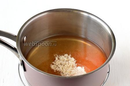 Снять воду с огня и тут же всыпать в воду подготовленную смесь и добавить белок.