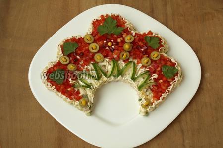 По контуру сделать обводку из майонеза, украсить оливками, кукурузой, гранатовыми зёрнами и листочками петрушки. Можно также для украшения использовать ягоды брусники или калины.