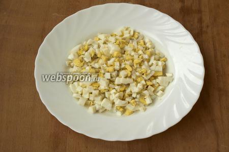 Яйца очистить и также нарезать кубиками.