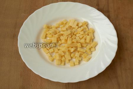 Нарезать кубиками твёрдый сыр.