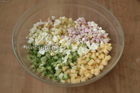Сложить все ингредиенты в большую миску.