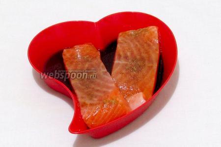 Филе сёмги замариновать в соевом соусе с лимонным соком. Посыпать специями для рыбы, слегка поперчить. Дать постоять несколько минут.