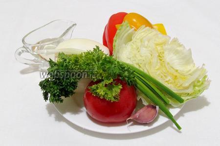 Тем временем приготовим гарнир. Возьмём растительное масло, чеснок, зелень, сладкий перец, лук, салат айсберг, помидор.