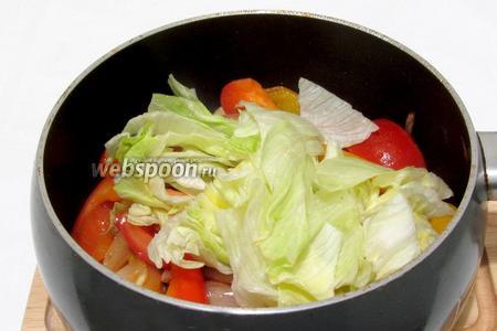 Затем добавить помидор нарезанный ломтиками и салат айсберг. Перемешать, прогреть 1-2 минуты. Попробовать на соль и специи, добавить чего не хватает.