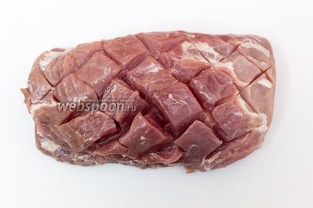 Свинину нарежем, как показано на фото, по диагонали.