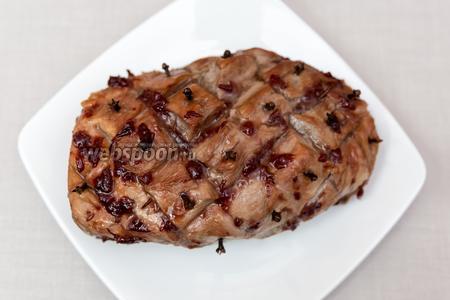 Свинина, запечённая с мёдом и вишнёвым вареньем готова. Подаём тёплой. Приятного аппетита!