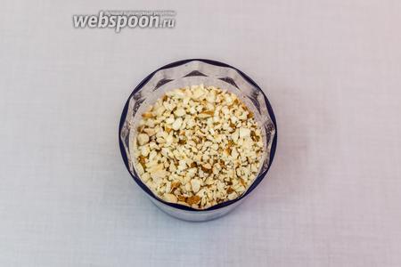 Орехи и обрезки от коржей измельчим в блендере в крупную крошку.