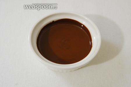 Растапливаем шоколад на водяной бане или в СВЧ.