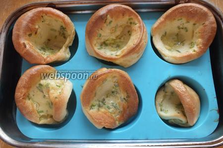 Затем верните в духовку и выпекайте около 15 минут, пока пудинги не станут выглядеть как на фото.
