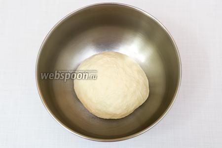 Всё перемешаем и, подсыпая муку, замесим тесто. Тесто сначала будет липнуть к рукам, но по мере вымешивания будет более податливым и мягким. Муки может понадобиться больше или меньше. Все зависит от её свойств. Вымешиваем минут 10. Накроем плёнкой и оставим в тёплом месте на 1 -1,5 часа.