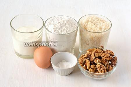 Для приготовления коржа нам понадобится мука, сахар, яйца, сметана, разрыхлитель, орехи грецкие.