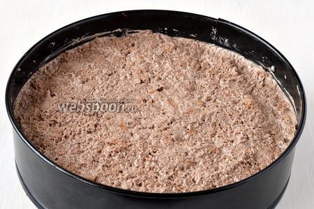 Сверху выложить подготовленную массу. Поставить торт в форме в холодильник на 1 час.