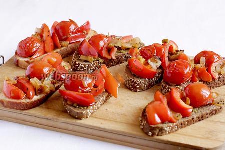 Выложить на кусочки хлеба все овощи. Можно ещё посыпать травами.