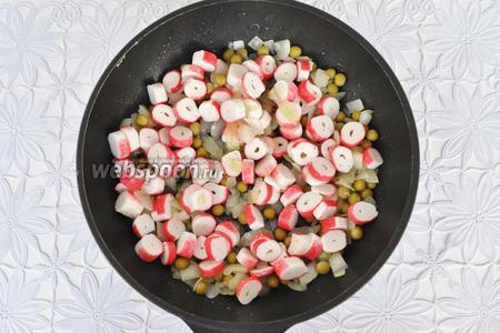 Крабовые палочки нарезать кольцами и добавить к овощам. Прогреть.