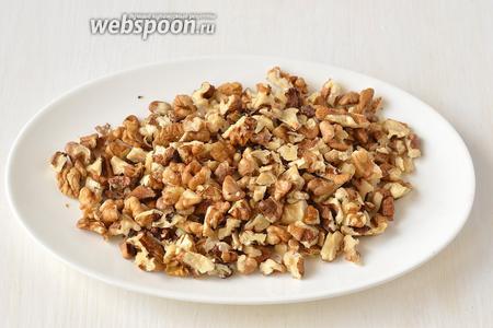 Орехи остудить и порезать на небольшие кусочки.