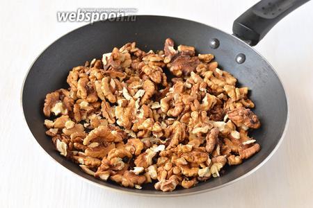 Орехи прожарить на горячей сковороде на протяжении 2-3 минут.