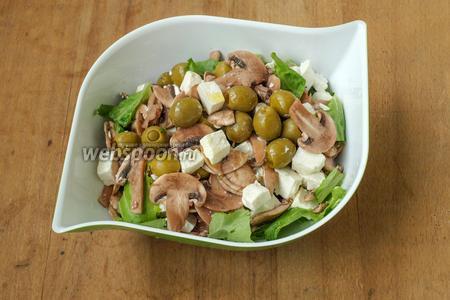 Порвать руками салатные листья и выложить в салатник, на них выложить смешанный салат и полить оливковым маслом. Перемешивать салат в процессе потребления. Подавать следует сразу. Приятного аппетита!