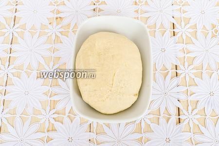 Завести густое тесто. Если будет рассыпаться, можно добавит ложку воды. Но мне этого не потребовалось. В результате перемешивания тесто собралось в плотный шар. Тесто положить в холод на 1-2 часа.