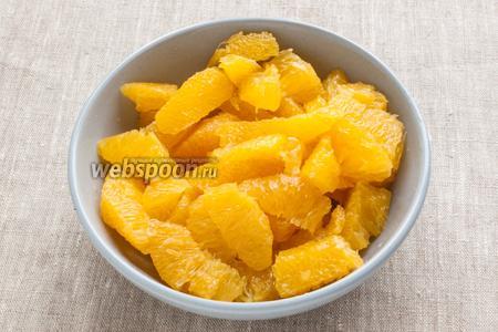 Апельсины очистить от белой шкурки, удалить белые плёнки, должно остаться только одна мякоть.