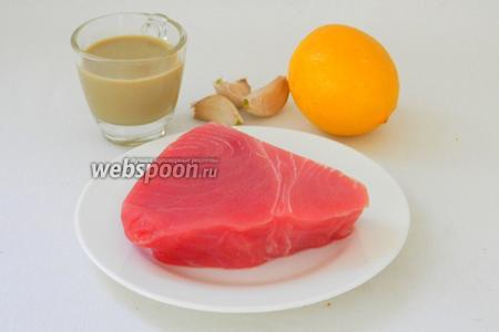 Для приготовления стейка из тунца возьмём филе тунца, лимоны, чеснок, кунжутную пасту, соль по вкусу, масло для жарки.