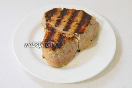 Обжариваем на раскаленной сковороде-гриль с двух сторон по 2 минуты.