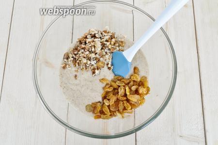 Добавить измельчённые орехи, отжатый изюм и ванильный сахар.