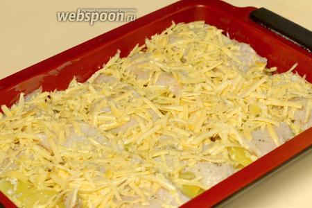 Вынимаем форму из духовки, засыпаем натёртым сыром и снова отправляем в духовку.
