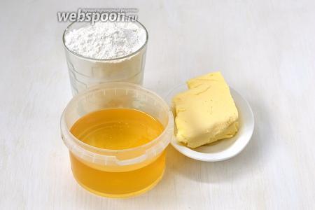 Для приготовления халвы с мёдом нам понадобится мука, сливочное масло и мёд.