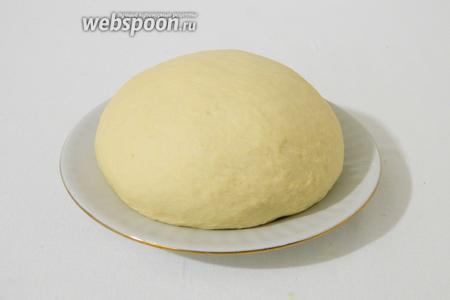Теперь отдохнувшее тесто вымешиваем, подсыпая муку, до его гладкости и эластичности.