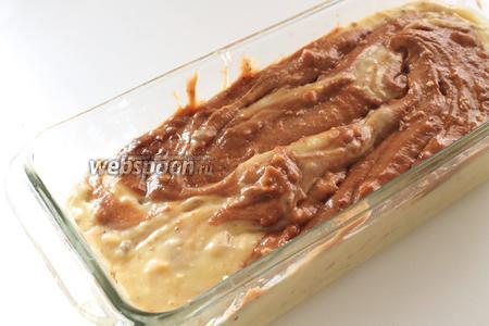 В смазанную маслом форму перелить сначала светлое тесто, а сверху шоколадное. Слегка перемешать вилкой и отправить в предварительно нагретую до 170°C духовку. Выпекать 40-45 минут.
