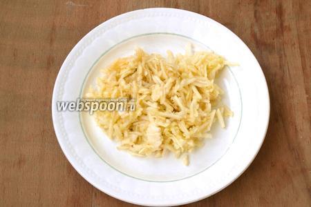 Яблоко очистить от шкурки и семечек и натереть на тёрке перед самой выкладкой в салат, чтобы яблоки не успели потемнеть или же сбрызнуть их лимонным соком.