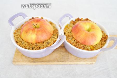 Выложить крышечку из яблок. Желательно сохранив хвостик и поставить ещё в духовку минут на 5, чтобы яблоко немного подпеклось.