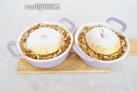 Как только яблоко немного изменит цвет, вынуть из духовки, присыпать сахарной пудрой и семенами подсолнечника. Крамбль хорош, как в холодном так и в горячем виде.