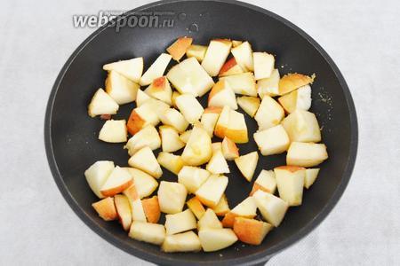 Добавить нарезанные яблоки и немного обжарить.
