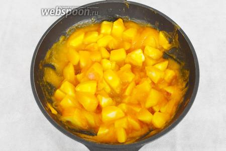 В готовую смесь добавить корицу и цукаты. Яблоки не должны быть слишком мягкие.