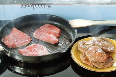 В разогретой сковороде с маслом обжариваем куски говядины по 1 минуте каждую сторону. Вынимаем и кладём в тарелку.