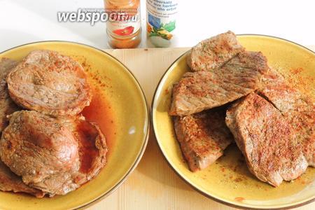 После обжаривания ломктики мяса солим и приправляем паприкой.